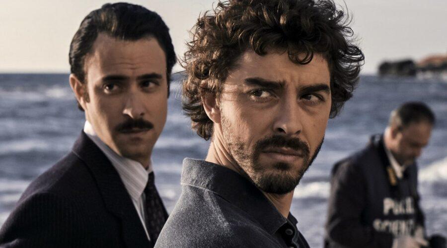 Il giovane Montalbano 2 Alessio Vassallo interpreta Mimì Augello e Michele Riondino interpreta Salvo Montalbano foto Credits Palomar e RAI