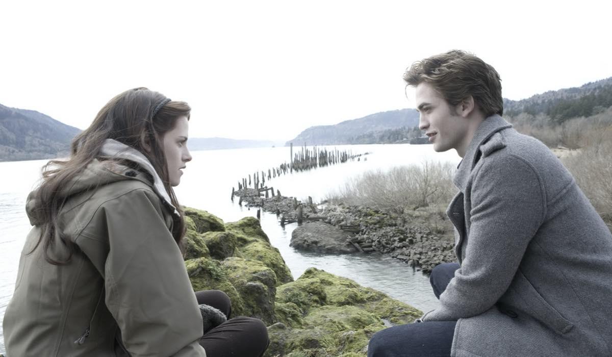 Kristen Stewart e Robert Pattinson sono Bella Swan ed Edward Cullen in Twilight credits Eagle Pictures e Mediaset