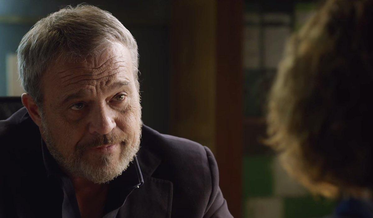 Nero a metà Carlo interpretato da Claudio Amendola nel secondo episodio Credits RAI e Netflix