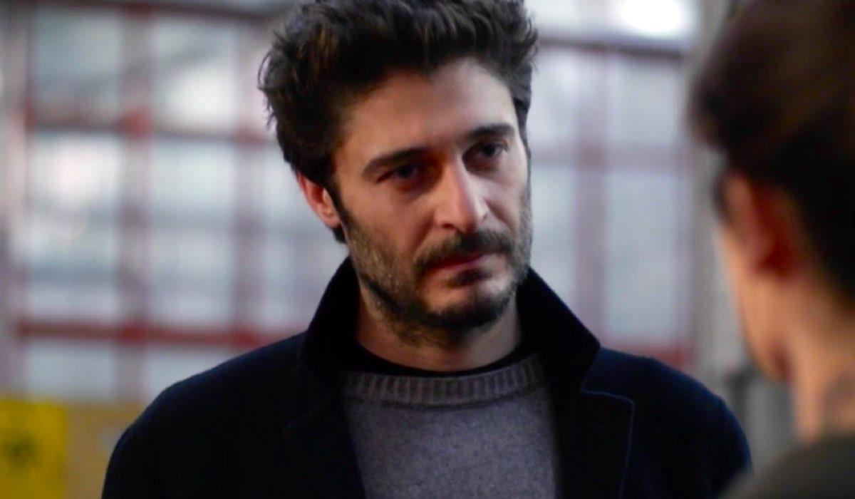 Lino Guanciale è nel cast della fiction Survivors – Sopravvissuti, qui ne La Porta Rossa 2 puntata 2 Credits RAI