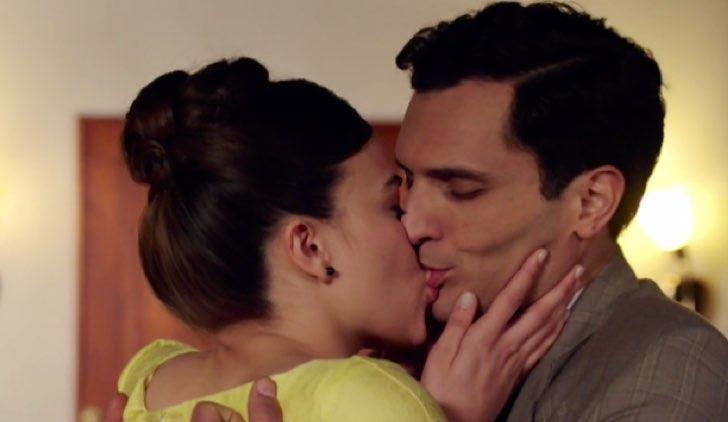 Il paradiso delle signore Marta e Vittorio si baciano dopo il rientro da Parigi Credits RAI