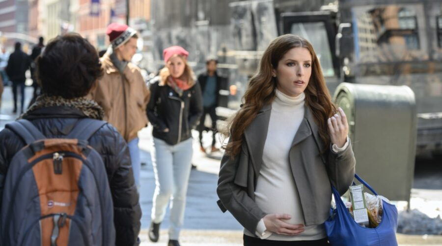 Anna Kendric nei panni di Darby Carter in una scena di Love Life. Credits: HBO Max e Timvision