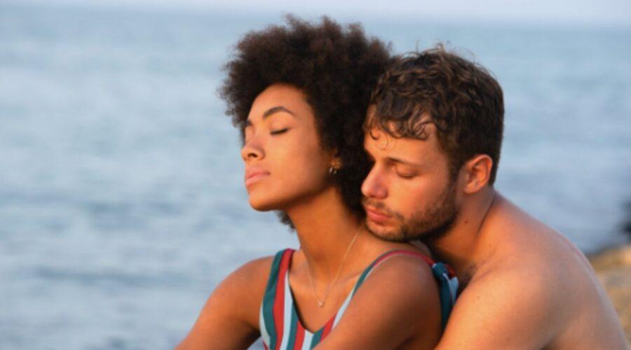 Coco Rebecca Edogamhe e Ludovico Tersigni in una scena di Summertime. Credits Netflix