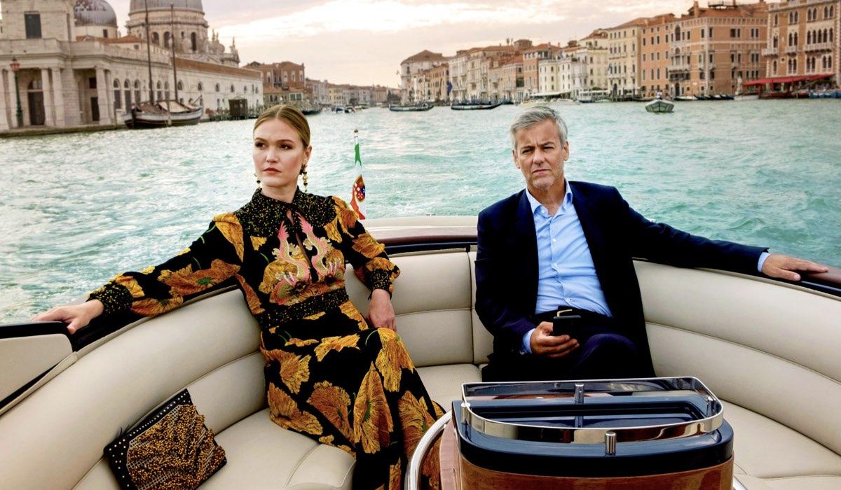Julia Stiles (Georgina) e Rupert Graves (Gabriel) in una scena di Riviera 3. Credits Sky