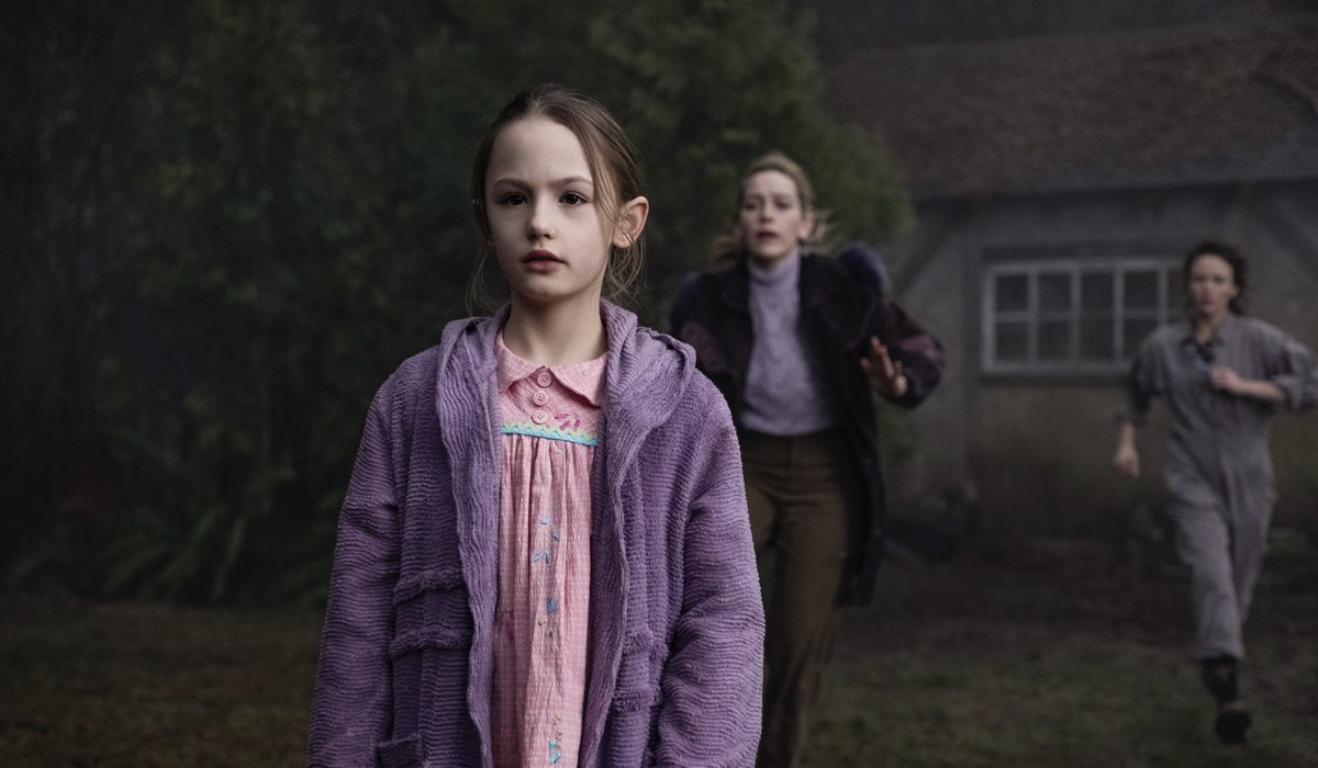 Flora (Amelie Bea Smith), Dani (Victoria Pedretti) e Jamie (Amelia Eve) in The Haunting Of Bly Manor. Credits: Eike Schroter/Netflix © 2020.