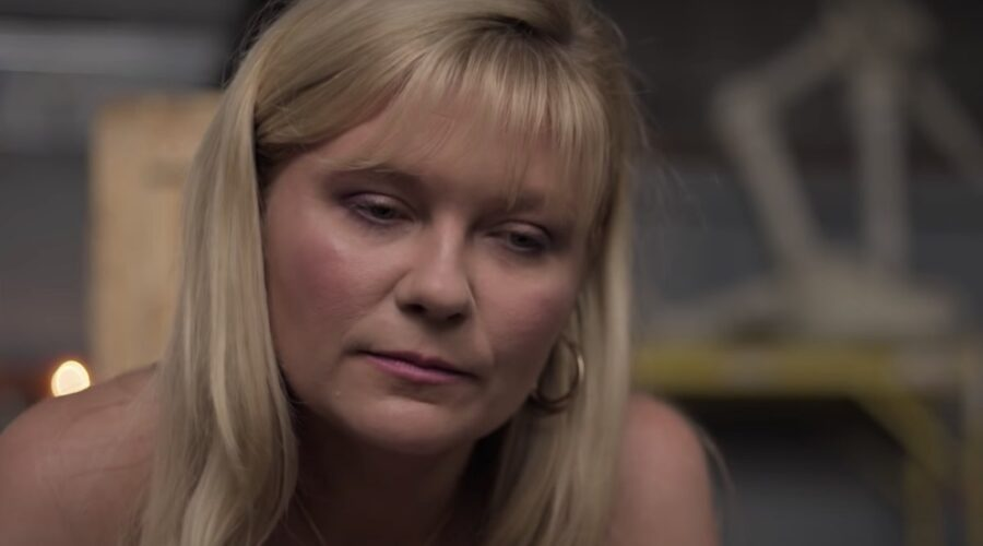 Kirsten Dunst in un fotogramma del trailer di On Becoming a God in Central Florida. Credits Youtube Sony Pictures Entertainment
