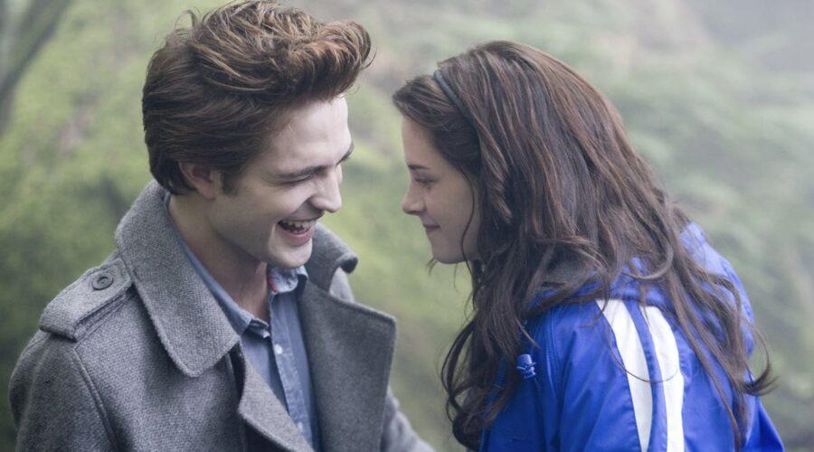 Robert Pattinson e Kristen Stewart sono Edward Cullen e Bella Swan in Twilight credits Eagle Pictures e Mediaset