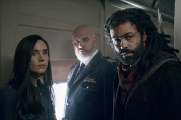 Da sinistra Jennifer Connelly Mike O'Malley e Daveed Diggs in Snowpiercer. Credits Netflix