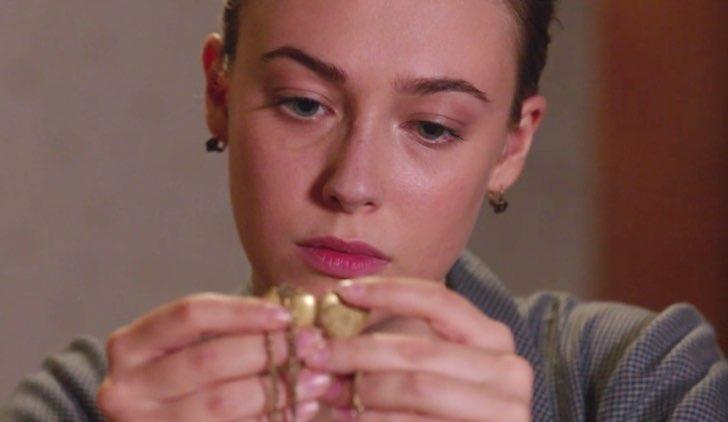 Il Paradiso delle Signore 4 Angela si toglie la catenina con il ciondolo a forma di cuore e è scossa nella puntata 16 Credits RAI