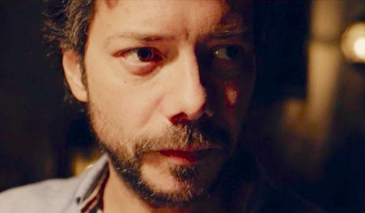 Il molo rosso serie tv con Alvaro Morte stagione 1 episodio 1 Credits Movistar+ e RAI