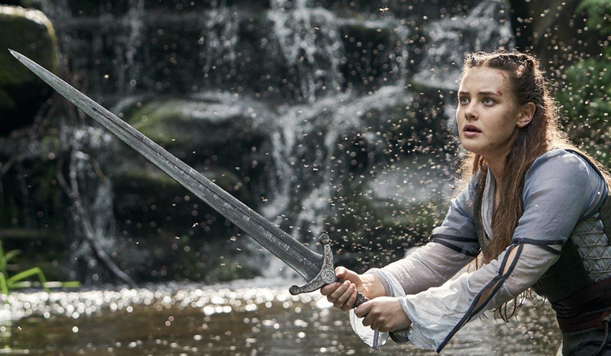 Katherine Langford sul set di Cursed. Credits Netflix