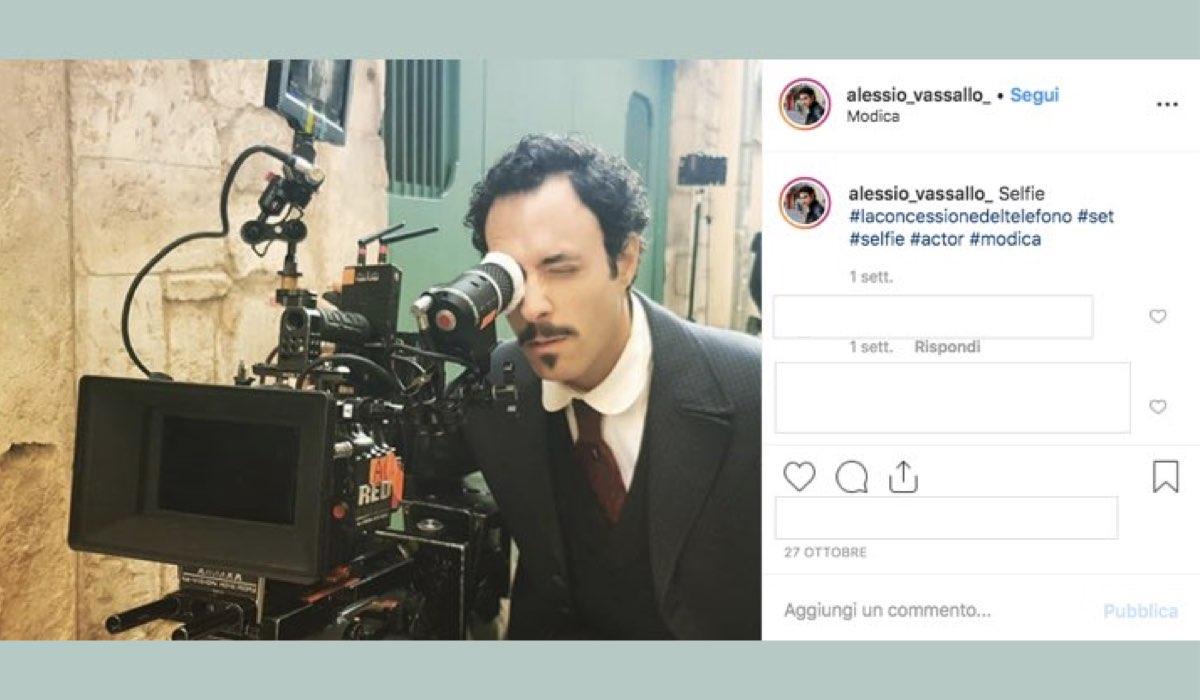 Alessio Vassallo è nel cast de La concessione del telefono nei panni di Pippo Genuardi, qui sul set, foto pubblicata sul suo account Instagram