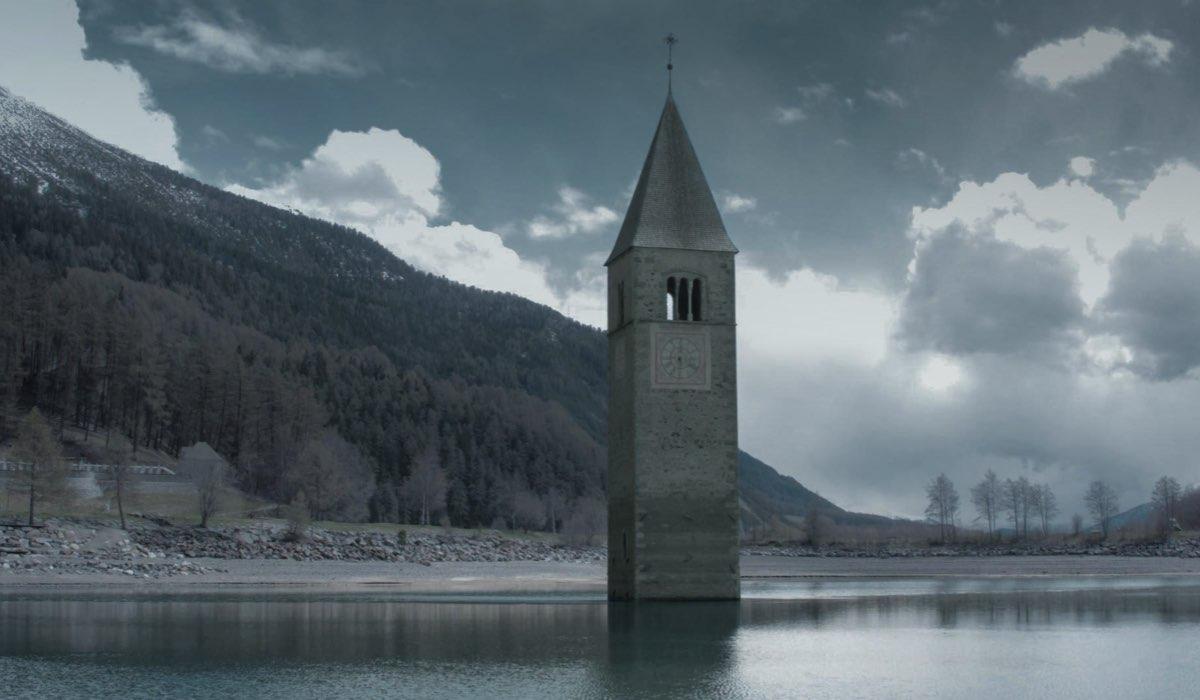 Il campanile di Curon. Credits Netfilx