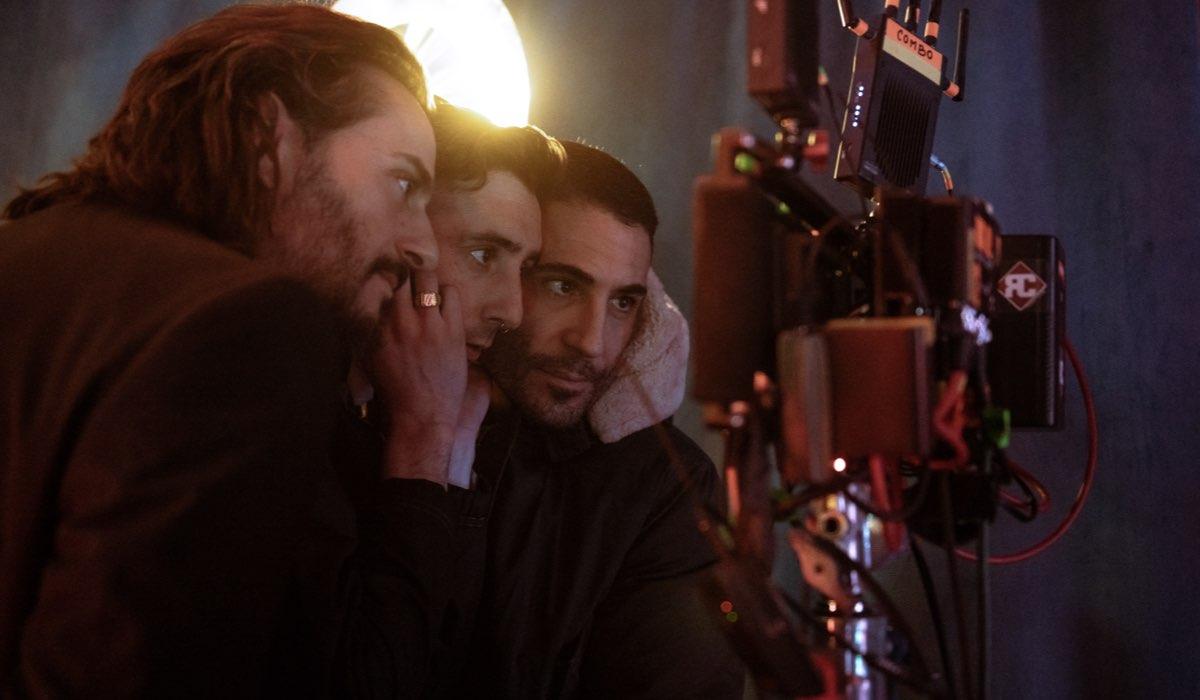 Da sinistra: Aiser Etxeandia, Enric Auquer e Miguel Ángel Silvestre. Credits: Tamara Arranz/Netflix.