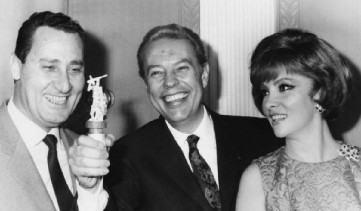 Gian Luigi Rondi al centro con in mano un premio affiancato da Alberto Sordi e Gina Lollobrigida nel 1967 Credits Keystone, Hulton Archive e Getty Images