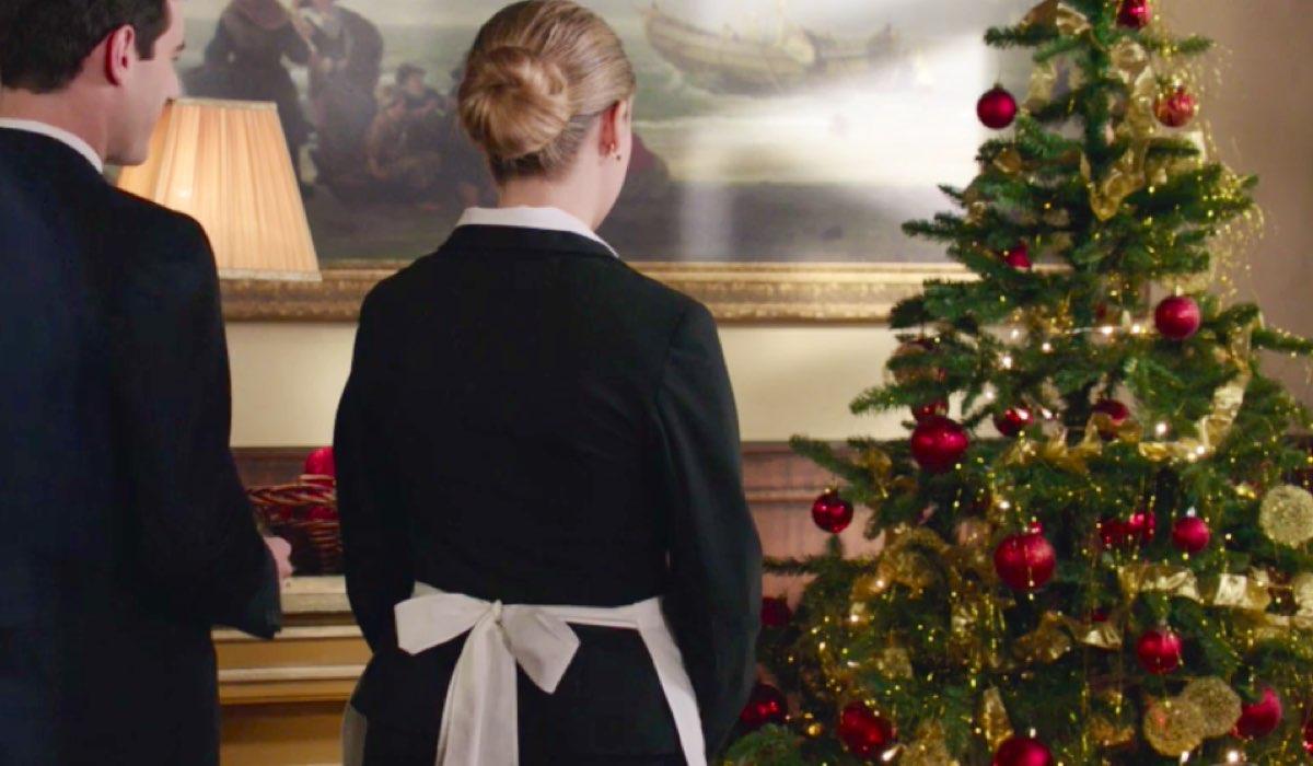 Il Paradiso delle Signore 4 Angela e Riccardo davanti all'albero di Natale del Circolo nella puntata 48 Credits RAI
