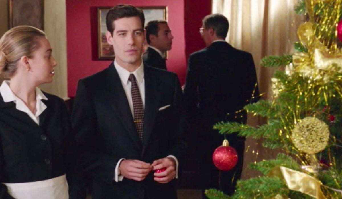 Il Paradiso delle Signore 4 Angela e Riccardo davanti all'albero di Natale nella puntata 48 Credits RAI