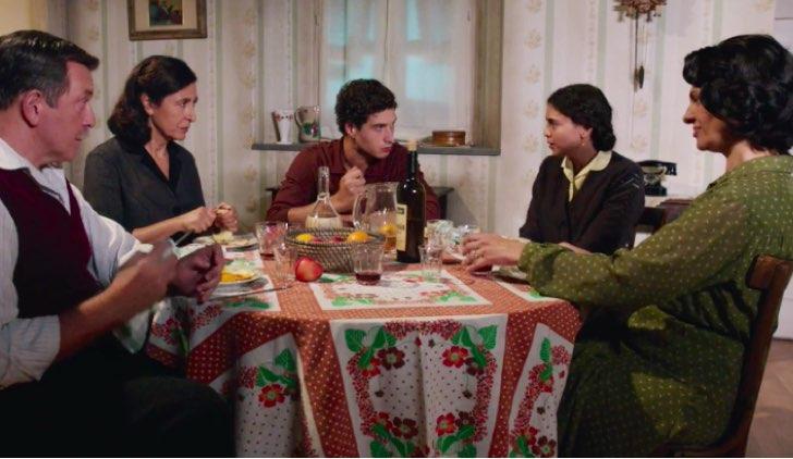 Il Paradiso delle Signore 4 Maria Puglisi a tavola con Armando, Agnese, Rocco e Rosalia nella puntata 24 Credits RAI