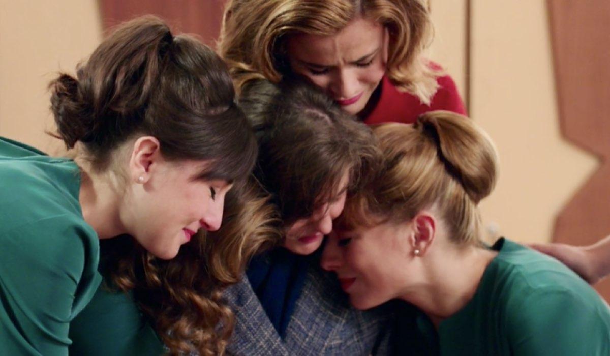 Il Paradiso delle Signore 4 Paola, Dora, Gabriella e Roberta abbracciano Nicoletta prima della sua partenza nella puntata 25 Credits RAI