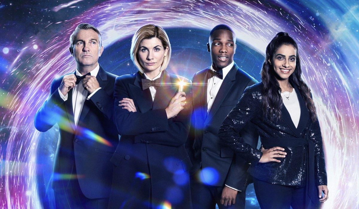 Bradley Walsh, Jodie Whittaker, Tosin Cole e Mandip Gill in un poster di Doctor Who 12. Credits Rai 4 e BBC