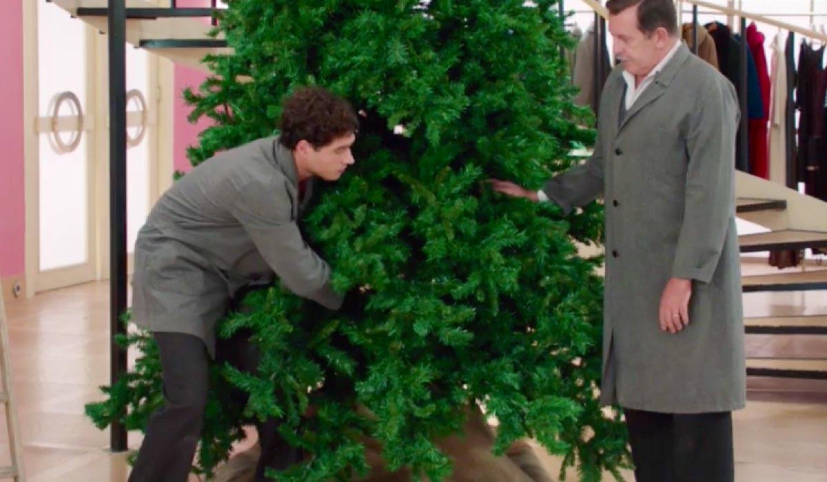 Il Paradiso delle Signore 4 Rocco e Armando preparano l'albero di Natale nel grande magazzino Credits RAI