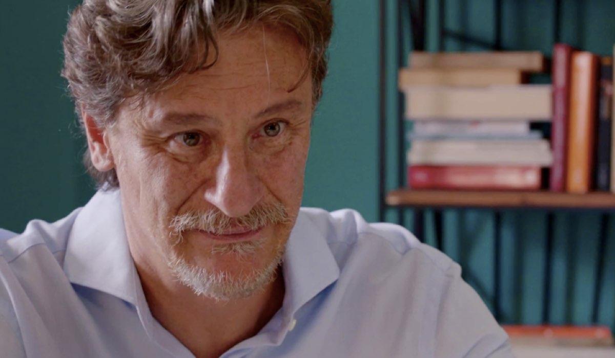 Liberi tutti Michele interpretato da Giorgio Tirabassi mentre parla con la figlia Chiara nel primo episodio Ma bevete anche l acqua piovana Credits RAI