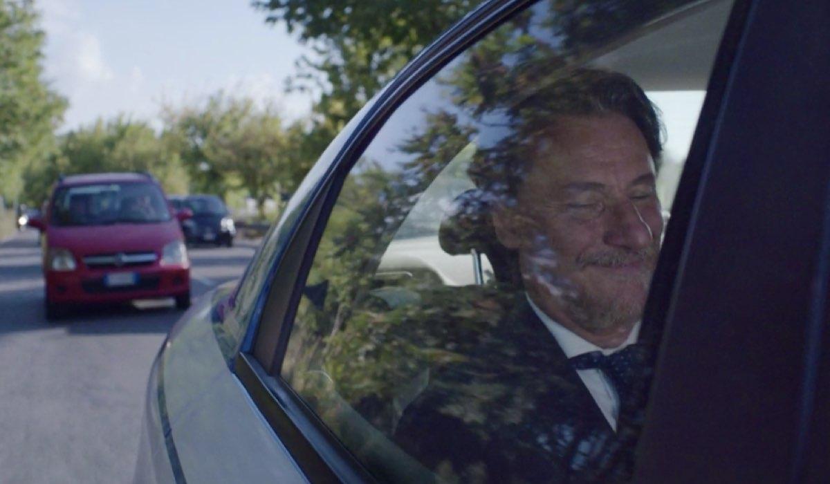 Liberi tutti Michele interpretato da Giorgio Tirabassi nel primo episodioMa bevete anche l acqua piovana mentre va al Nido Credits RAI