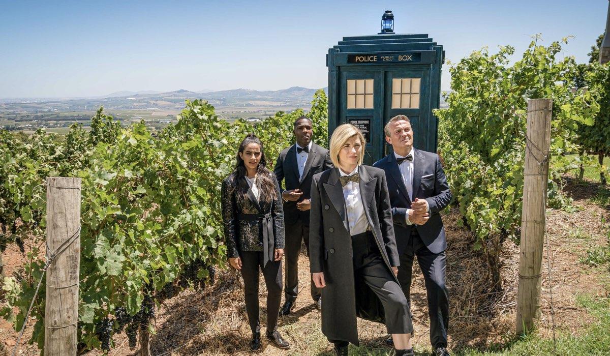 Mandip Gillin, Tosin Cole, Jodie Whittaker e Bradley Walsh in una scena di Doctor Who 12. Credits Rai 4 e BBC