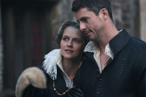 Diana (Teresa Palmer) e Matthew (Matthew Goode) in una scena di A Discovery Of Witches. Credits: Sky.