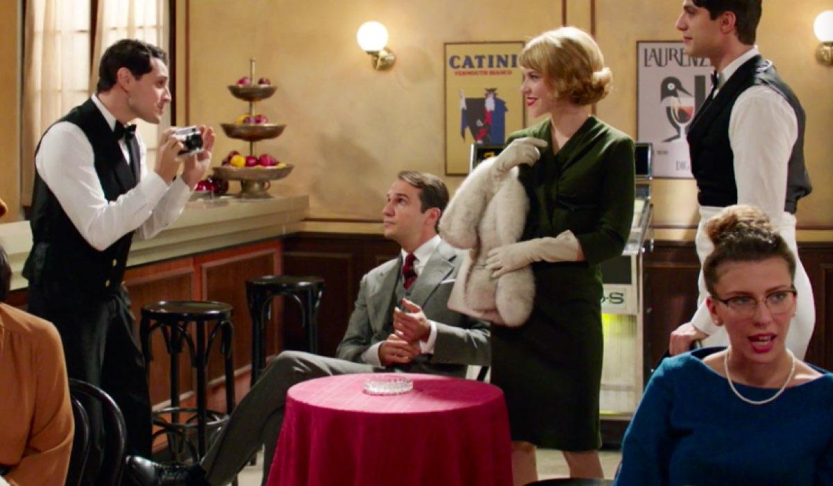 Il Paradiso delle Signore 4 Lorena Mascoli e Orlando Brivio entrano nella Caffetteria di Salvatore e Marcello nelal puntata 70 Credits RAI