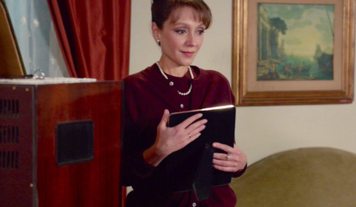 Il Paradiso delle Signore 4 Silvia Cattaneo interpretata da Marta Richeldi nella puntata 72 con in mano la foto del matrimonio con Luciano Cattaneo interpretato da Giorgio Lupano Credits RAI