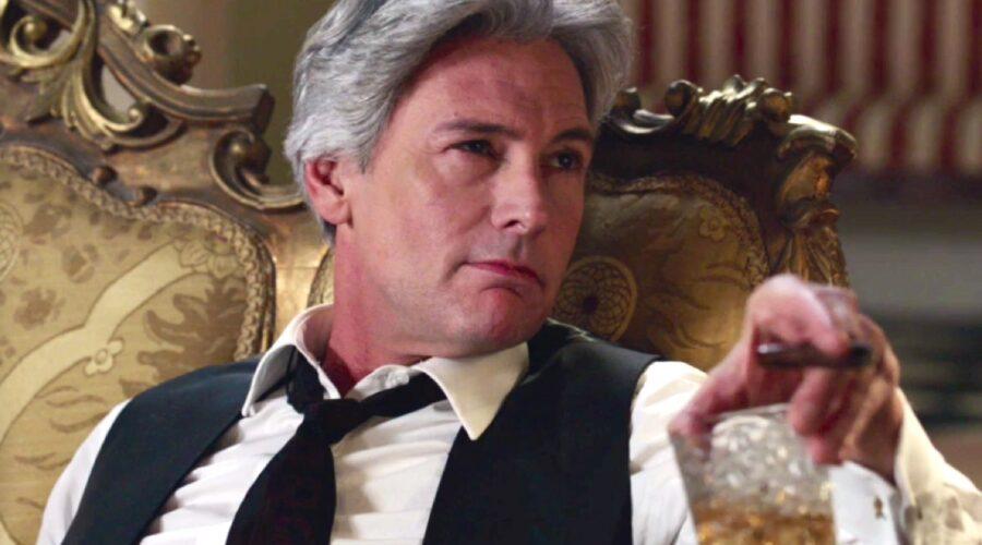 Il Paradiso delle Signore 4 Umberto Guarnieri interpretato da Roberto Farnesi nella puntata 73 beve a Villa Guarnieri Credits RAI