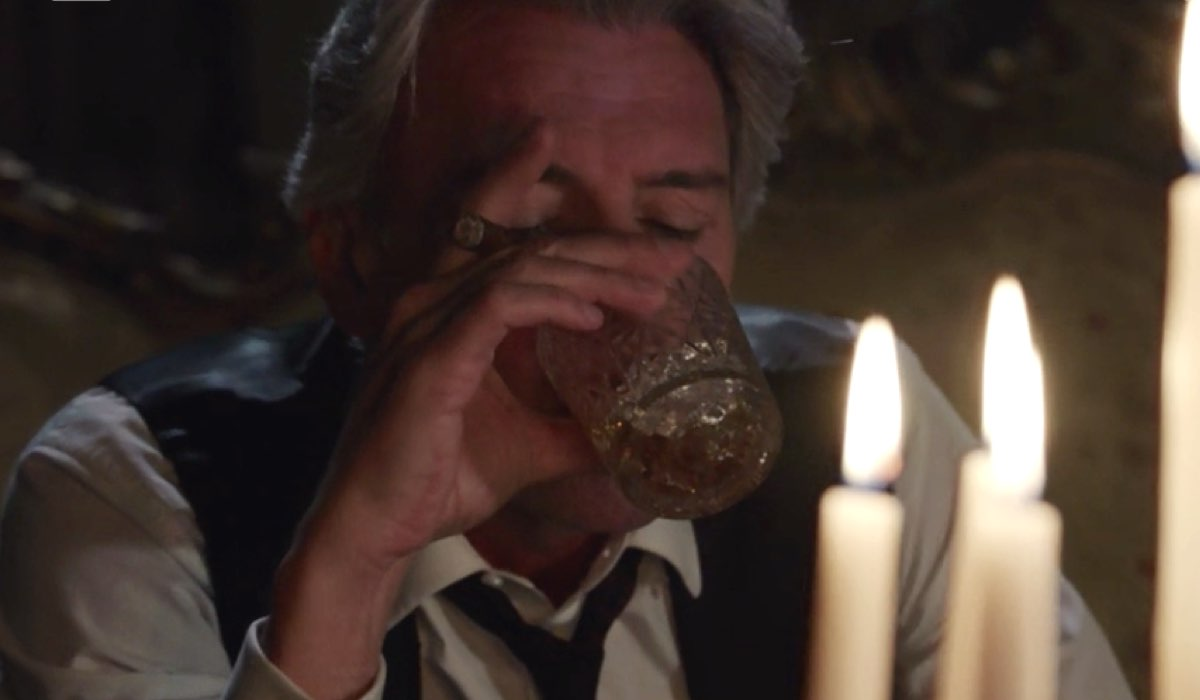 Il Paradiso delle Signore 4 Umberto Guarnieri interpretato da Roberto Farnesi nella puntata 73 beve e fuma a Villa Guarnieri Credits RAI