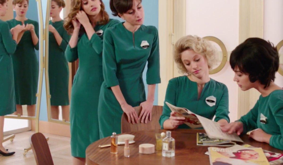 Il Paradiso delle Signore 4 Veneri che commentano le foto delle coppie presidenziali americane Nixon e Kennedy nella puntata 20 Credits RAI