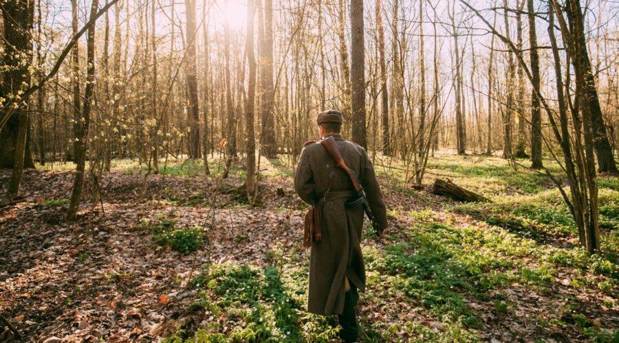 La Storia fiction RAI dal romanzo di Elsa Morante, qui un attore vestito da soldato russo nella Seconda Guerra Mondiale Credits Envato Elements e Grigory_bruev