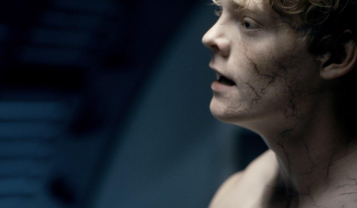 The Rain 3: Lucas Lynggaard Tønnesen nei panni di Rasmus in una scena della serie. Courtesy of Netflix