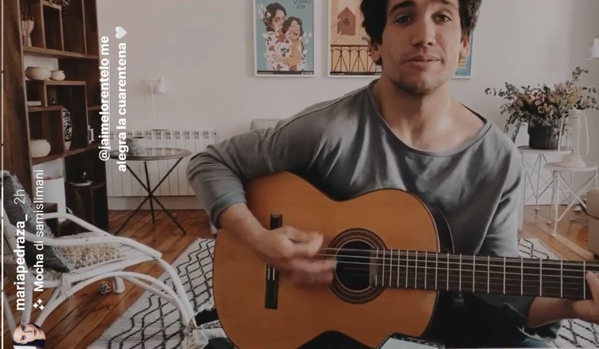 Maria Pedraza con Jaime Lorente che suona la chiatarra in quarantena credits Instagram Story