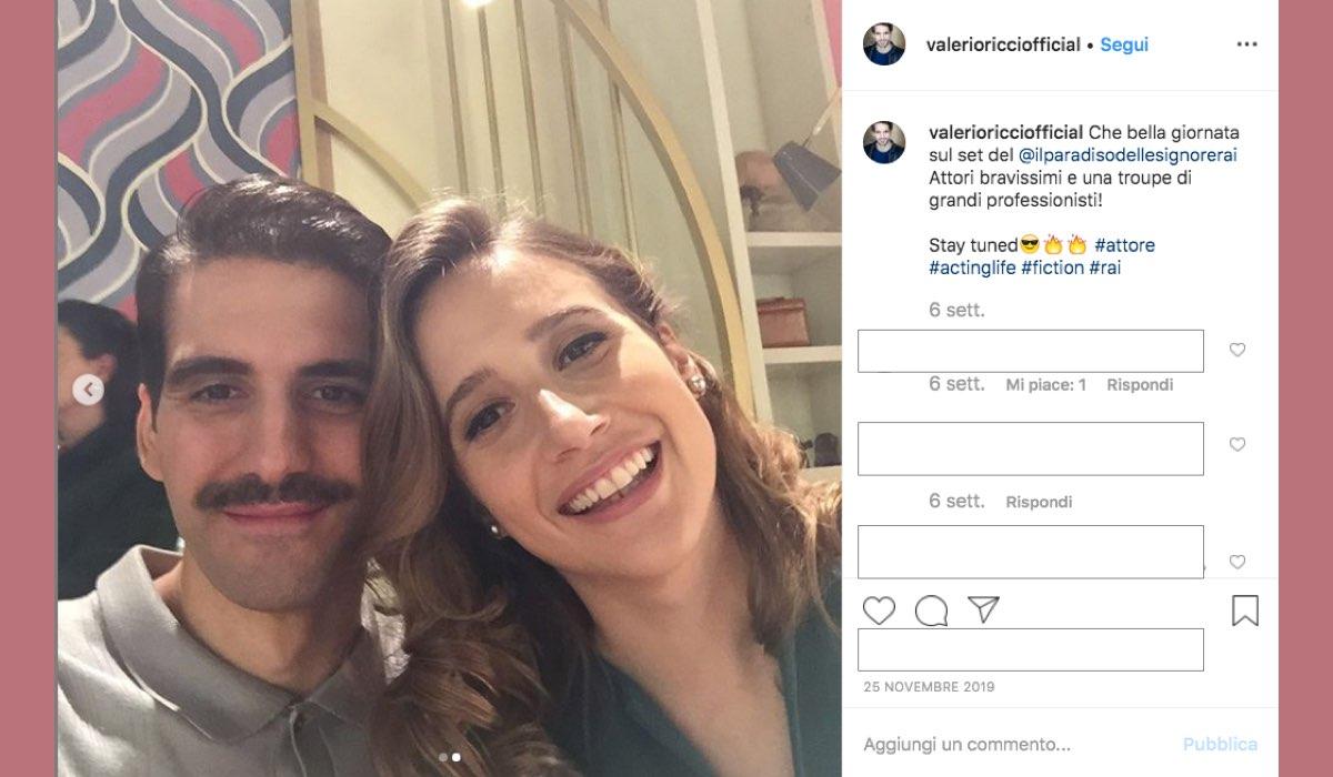 Valerio Ricci sul set de Il Paradiso delle Signore 4 con Mariavittoria Cozzella a novembre 2019 foto pubblicata sul suo profilo Instagram valerioricciofficial