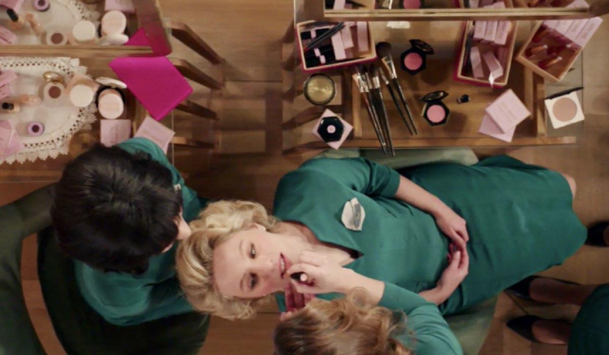 Il Paradiso delle Signore 4 Dora Vianello interpretata da Mariavittoria Cozzella trucca Irene e Marina guarda qui nella puntata 91 Credits RAI