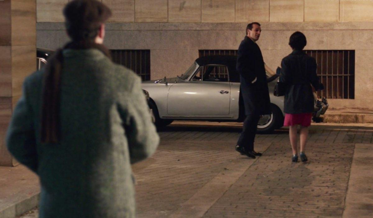 Il Paradiso delle Signore 4 Marina interpretata da Ludovica Coscione si allontana sotto lo sguardo di Rocco interpretato da Giancarlo Commare nella puntata 85 Credits RAI