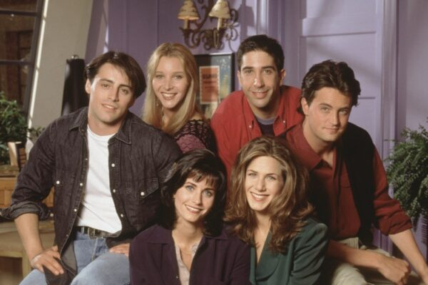 Matt LeBlanc, Lisa Kudrow, Matthew Perry, David Schwimmer, Courteney Cox e Jennifer Aniston in una foto posata sul set di FRIENDS. Credits Comedy Central Italia