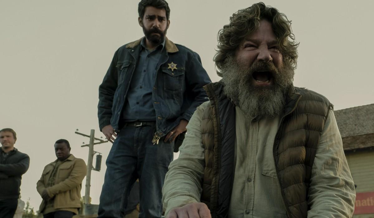 """Da sinistra: Rahul Kohli nel ruolo dello sceriffo Hassan e Robert Longstreet nella parte di Joe Collie nel secondo episodio di """"Midnight Mass"""" Credits: Eike Schroter/Netflix © 2021."""