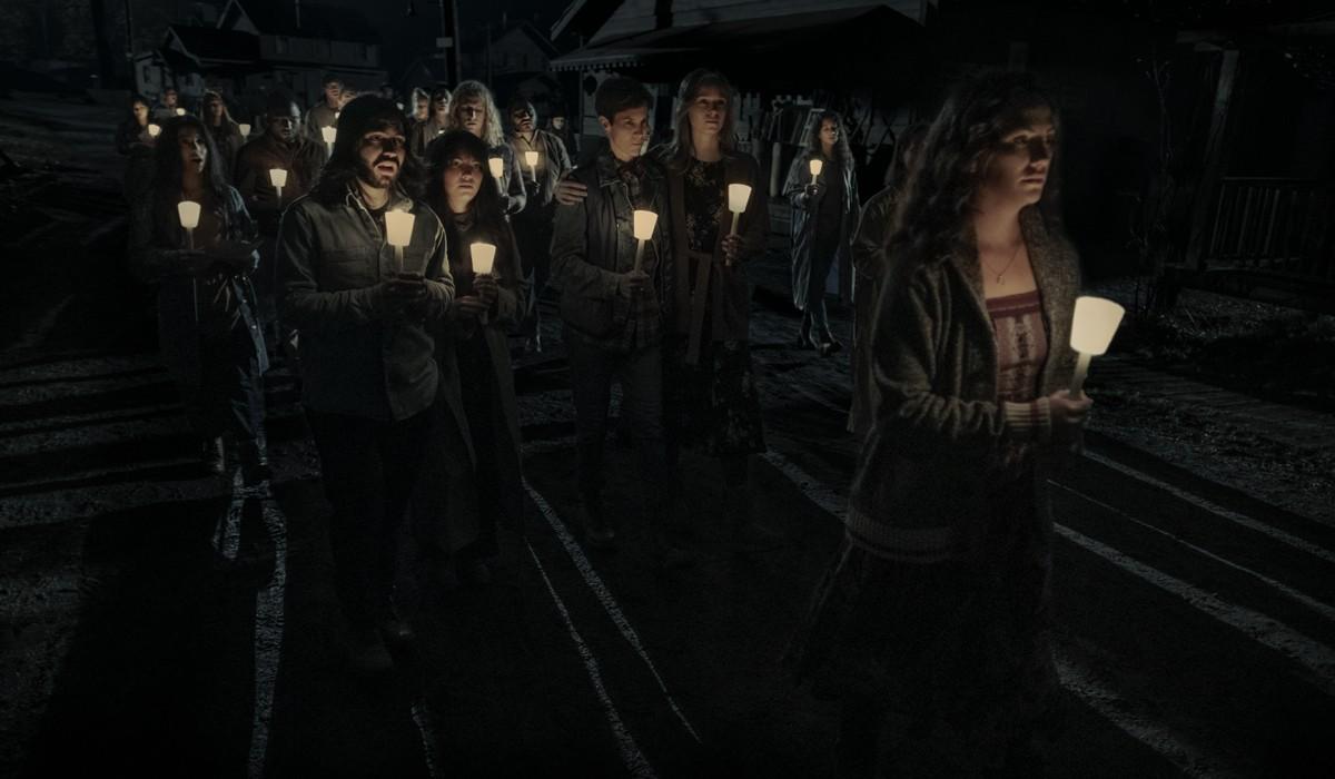 """Da sinistra: Annabeth Gish nel ruolo della dottoressa Sarah Gunning, e Kate Siegel nel ruolo di Erin Greene nel sesto episodio di """"Midnight Mass"""". Credits: Eike Schroter/Netflix © 2021."""