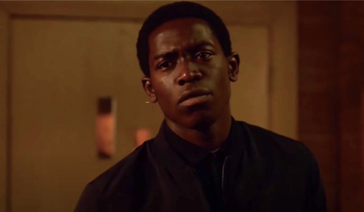 Damson Idris interpreta Franklin Saint in una scena di Snowfall 4. Credits: YouTube/FX.