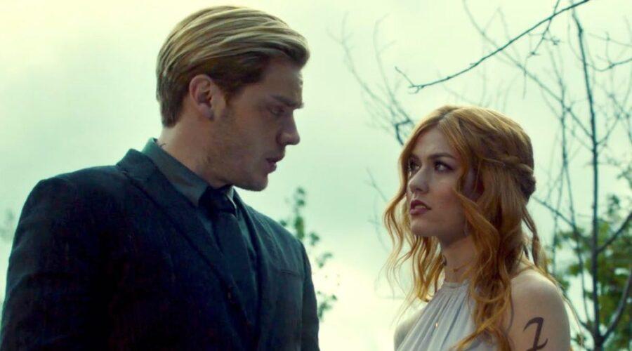 Dominic Sherwood e Kat McNamara sono Jace e Clary in Shadowhunters 3x01 credits Freeform