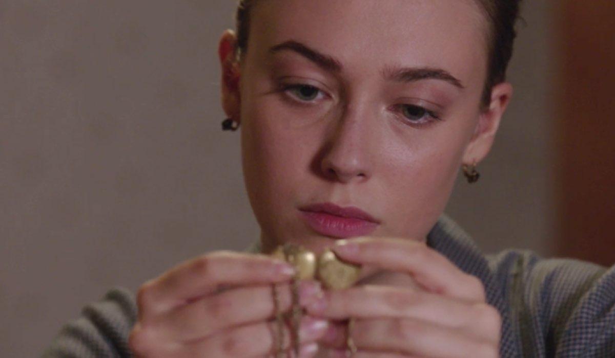 Il Paradiso delle Signore 4 Angela Barbieri interpretata da Alessia Debandi con il ciondolo di suo figlio, qui nella puntata 16 Credits RAI