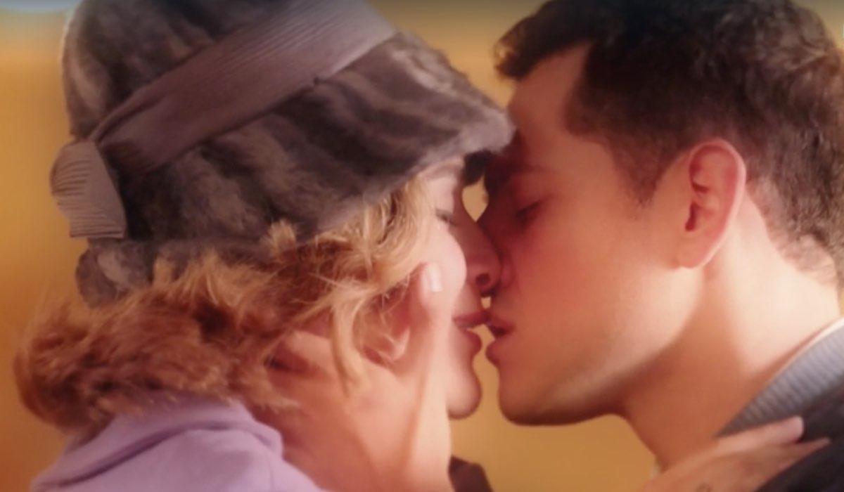 Il Paradiso delle Signore 4 Gabriella Rossi interpretata da Ilaria Rossi e Salvatore Amato interpretato da Emanuel Caserio Credits RAI