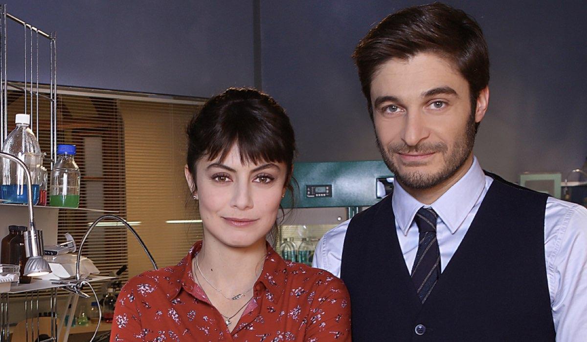 L allieva Alice Allevi e Claudio Conforti interpretati rispettivamente da Alessandra Mastronardi e Lino Guanciale Credits RAI
