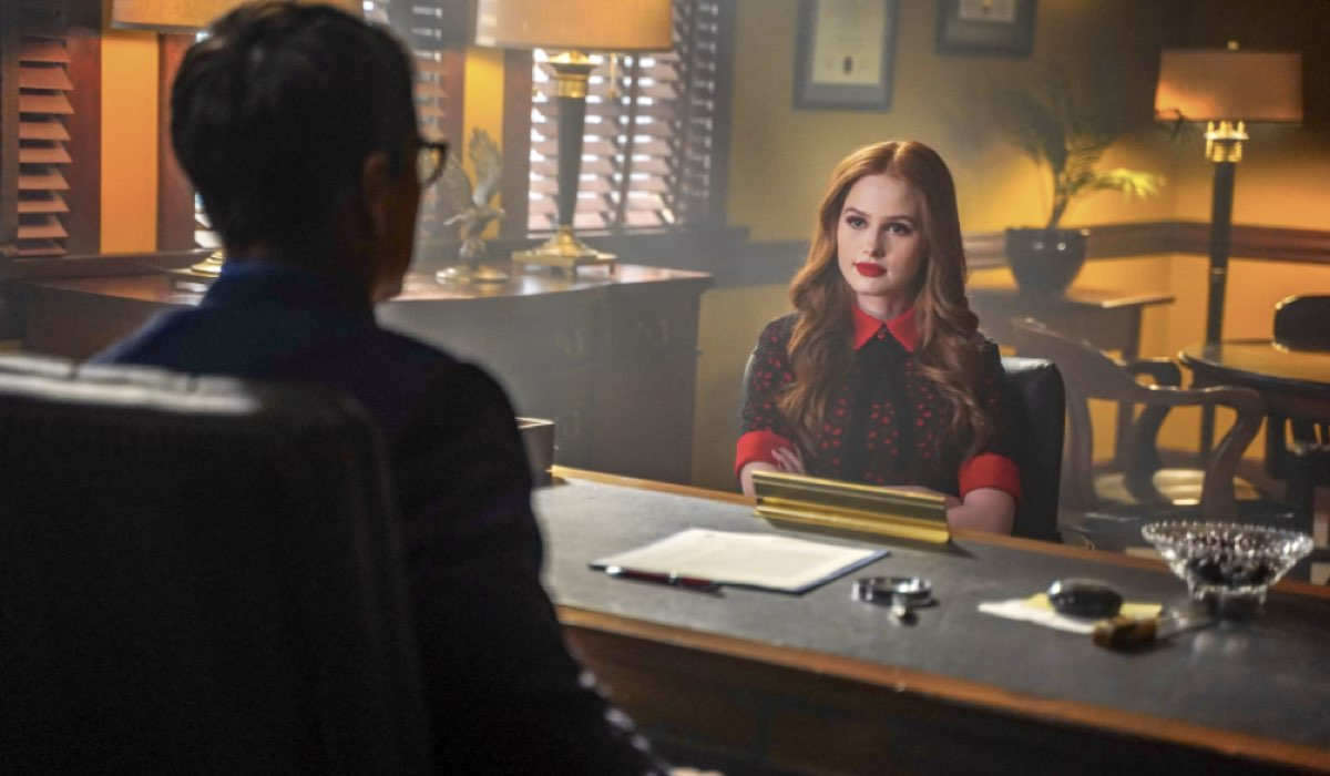 RIVERDALE 4 episodio IN TERAPIA, qui MADELAINE PETSCH INTERPRETA CHERYL BLOSSOM Credits Warner Bros. Entertainment, Inc e Mediaset