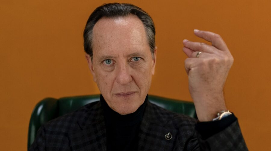 Richard E. Grant interpreta Octavio in Dispatches From Elsewhere Credits Amazon Prime Video e AMC